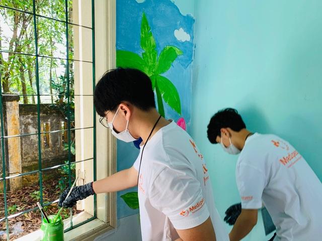 Học sinh Hàn Quốc vẽ tranh tường, giao lưu với trẻ khuyết tật Quảng Trị - 1