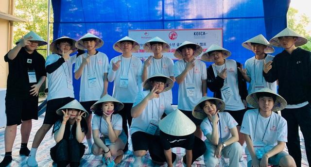Học sinh Hàn Quốc vẽ tranh tường, giao lưu với trẻ khuyết tật Quảng Trị - 7