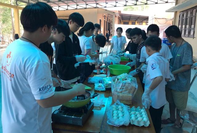 Học sinh Hàn Quốc vẽ tranh tường, giao lưu với trẻ khuyết tật Quảng Trị - 5