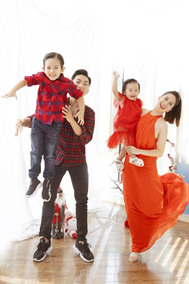 Khánh Thi - Phan Hiển bù đắp Giáng sinh cho con sau mùa SEA Games xa biền biệt - 3