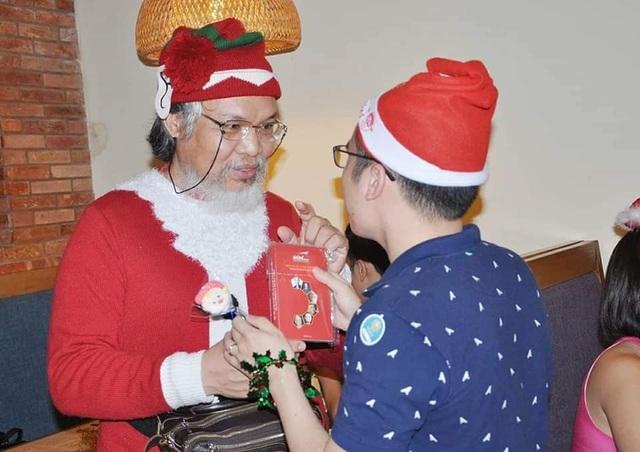Cả nhà tẽn tò khi ông già Noel đến tặng quà, con nói: Ông là đồ... giả! - 2