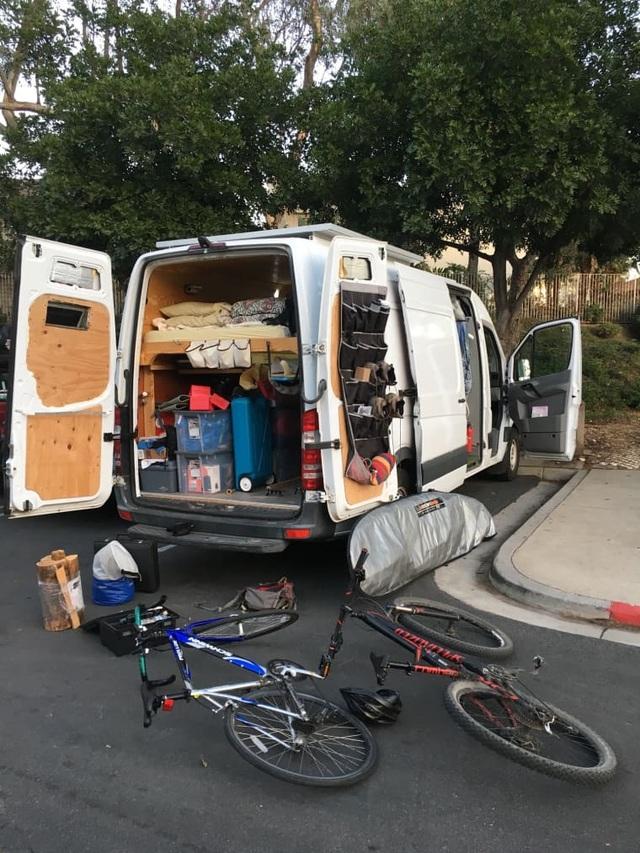 Chán thành phố ngột ngạt, chàng trai người Mỹ thiết kế nhà rộng 3m2 trên xe tải, vi vu khắp nơi - 2