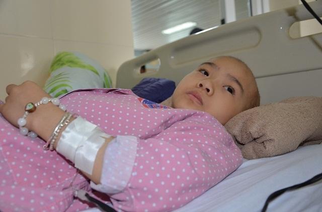 Nhói lòng nghe bé gái bị ung thư xương hỏi: Mẹ ơi chân con đâu rồi? - 1
