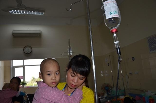 Nhói lòng nghe bé gái bị ung thư xương hỏi: Mẹ ơi chân con đâu rồi? - 7