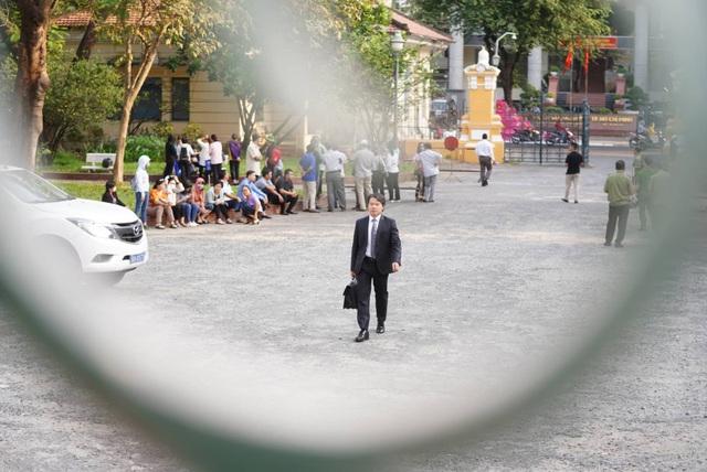 Nguyên Phó Chủ tịch TPHCM Nguyễn Hữu Tín đến tòa bằng... xe cứu thương - 9
