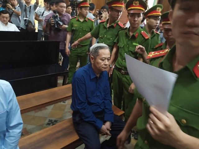 Nguyên Phó Chủ tịch TPHCM Nguyễn Hữu Tín đến tòa bằng... xe cứu thương - 10