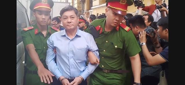 Nguyên Phó Chủ tịch TPHCM Nguyễn Hữu Tín đến tòa bằng... xe cứu thương - 2