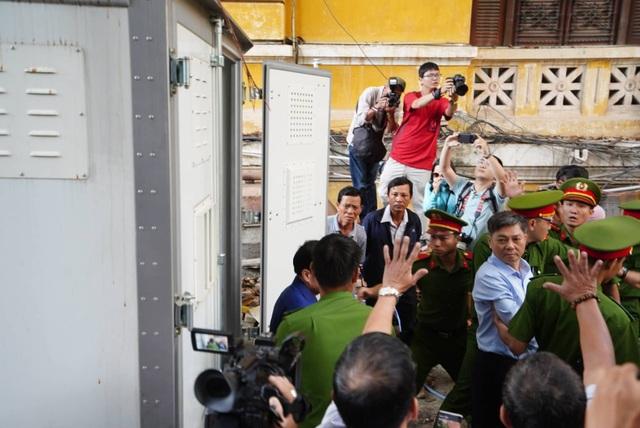 Nguyên Phó Chủ tịch TPHCM Nguyễn Hữu Tín đến tòa bằng... xe cứu thương - 5