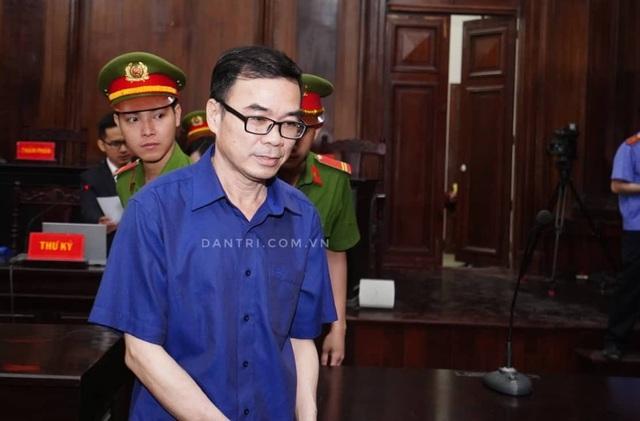 Nguyên Phó Chủ tịch TPHCM Nguyễn Hữu Tín đến tòa bằng... xe cứu thương - 8