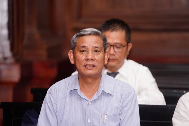 Nguyên Phó Chủ tịch TPHCM Nguyễn Hữu Tín đến tòa bằng... xe cứu thương - 6