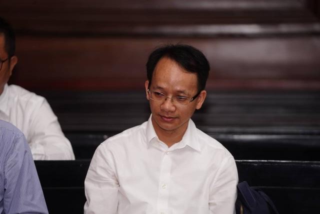 Nguyên Phó Chủ tịch TPHCM Nguyễn Hữu Tín đến tòa bằng... xe cứu thương - 7
