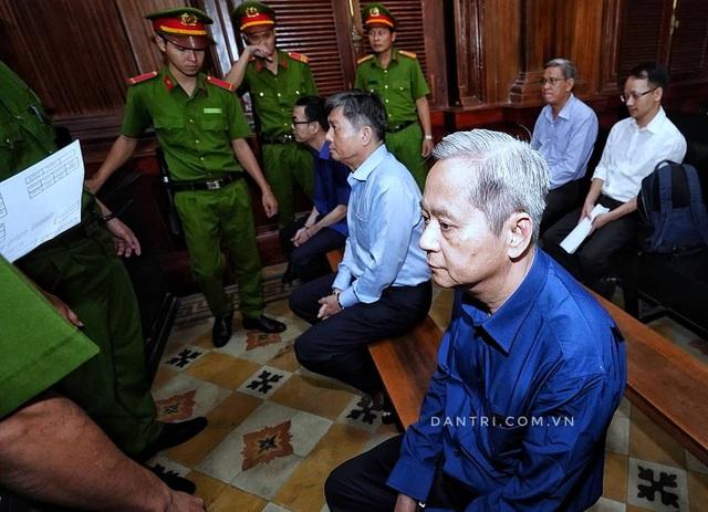 Nguyên Phó Chủ tịch TPHCM Nguyễn Hữu Tín đến tòa bằng... xe cứu thương - 11