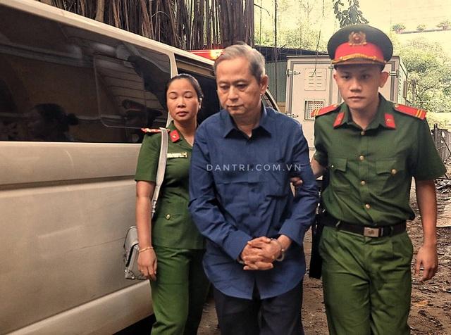 Nguyên Phó Chủ tịch TPHCM Nguyễn Hữu Tín đến tòa bằng... xe cứu thương - 3
