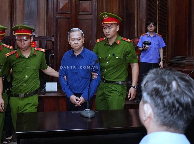 Nguyên Phó Chủ tịch TPHCM Nguyễn Hữu Tín đến tòa bằng... xe cứu thương - 1