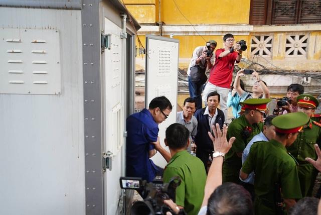 Nguyên Phó Chủ tịch TPHCM Nguyễn Hữu Tín đến tòa bằng... xe cứu thương - 4