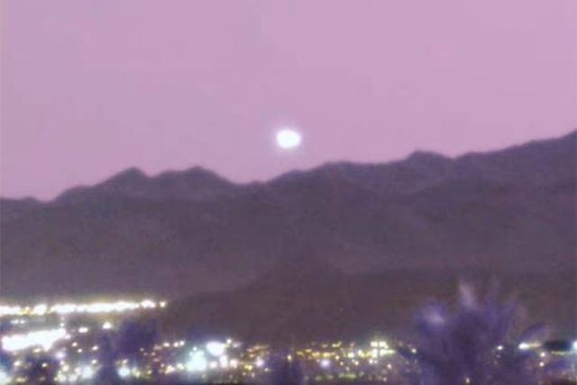 UFO khổng lồ trên bầu trời Las Vegas - 1