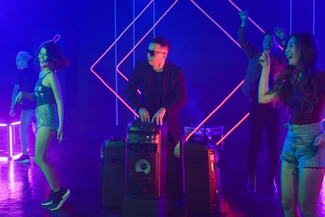 """Touliver, Hanoi X-girls mách bạn thiết bị công nghệ """"phải có"""" để vui hết mình trong mùa tiệc cuối năm - 1"""