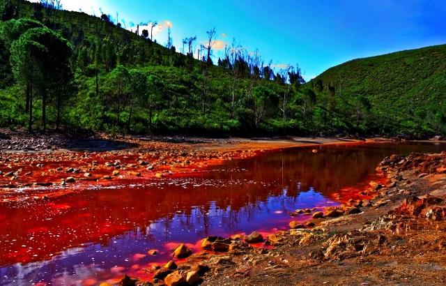 Dòng sông kỳ lạ với nước đỏ như màu máu - 2