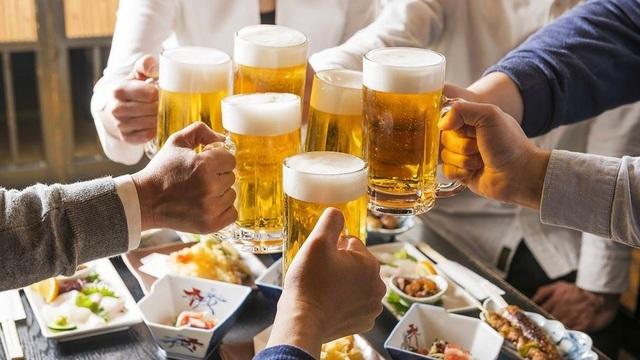 Từ 1/1/2020, chỉ người đi bộ mới được uống rượu bia trước khi ra đường - 1