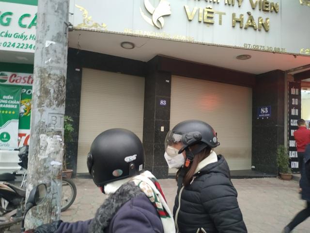 Thẩm mỹ viện Việt Hàn đóng kín cửa, người dân tập trung đông sau vụ việc chết người - 4