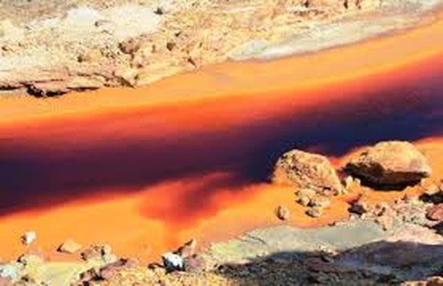 Dòng sông kỳ lạ với nước đỏ như màu máu - 4
