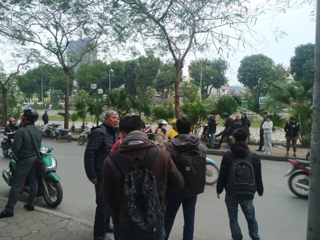 Thẩm mỹ viện Việt Hàn đóng kín cửa, người dân tập trung đông sau vụ việc chết người - 2