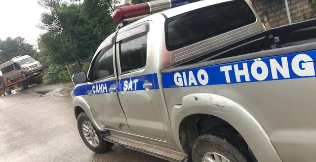 Xe khách chở pháo lậu tông vào xe CSGT khi bị truy đuổi - 2