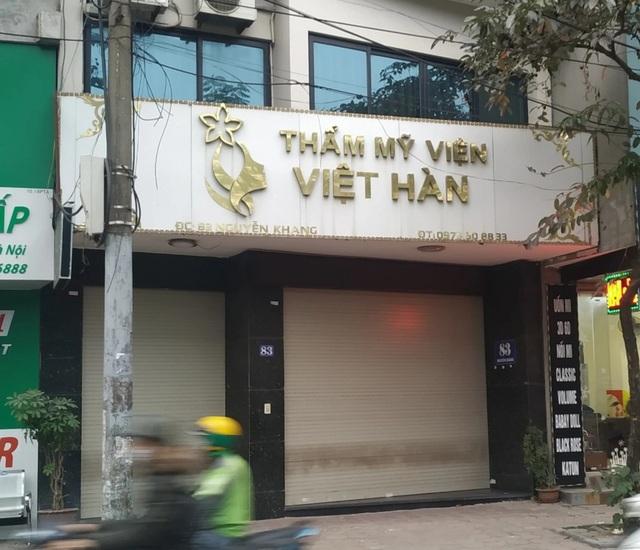 Thẩm mỹ viện Việt Hàn đóng kín cửa, người dân tập trung đông sau vụ việc chết người - 1
