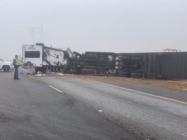 Kinh hoàng khoảnh khắc xe tải mất lái lật nhào trên cao tốc Mỹ - 1