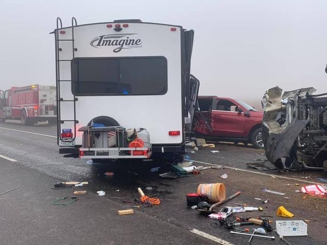 Kinh hoàng khoảnh khắc xe tải mất lái lật nhào trên cao tốc Mỹ - 3