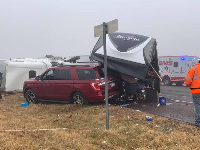 Kinh hoàng khoảnh khắc xe tải mất lái lật nhào trên cao tốc Mỹ - 2