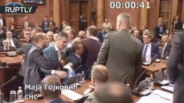 Video nghị sĩ Serbia lao vào ẩu đả dữ dội tại quốc hội - 1
