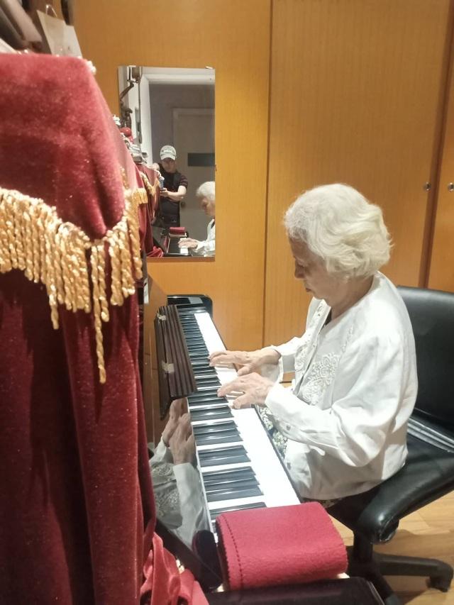 Chuyện cảm động về bà giáo hơn 90 tuổi vẫn cần mẫn đào tạo ca sĩ, nghệ sĩ - 4