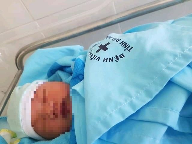 Bé trai sơ sinh nghi bị mẹ bỏ rơi trong bệnh viện - 1