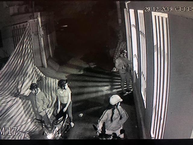 Camera an ninh ghi hình ảnh nhóm nam nữ táo tợn cắt khóa tiệm vàng, trộm mô tô BMW - 1