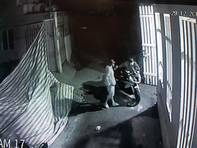 Camera an ninh ghi hình ảnh nhóm nam nữ táo tợn cắt khóa tiệm vàng, trộm mô tô BMW - 3