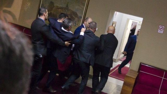 Video nghị sĩ Serbia lao vào ẩu đả dữ dội tại quốc hội - 2