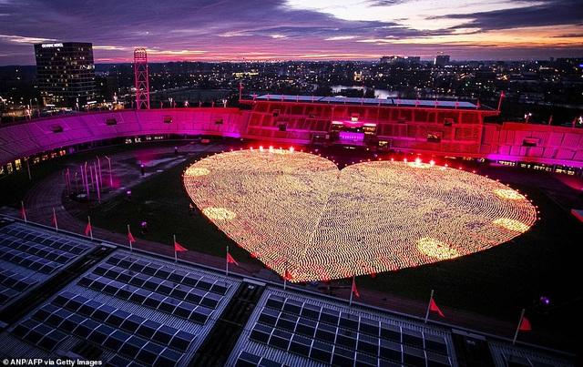 Ý nghĩa đằng sau hình trái tim được thắp sáng từ hàng nghìn chiếc đèn lồng - 1