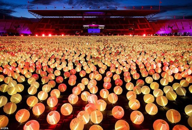 Ý nghĩa đằng sau hình trái tim được thắp sáng từ hàng nghìn chiếc đèn lồng - 2