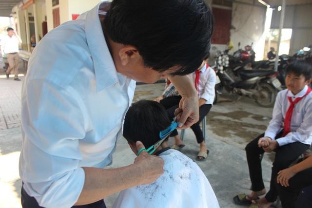 """""""Hiệu cắt tóc không đồng"""" dành cho học trò nghèo - 4"""