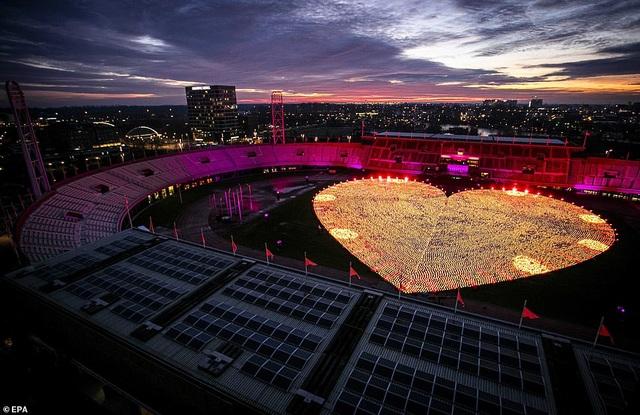 Ý nghĩa đằng sau hình trái tim được thắp sáng từ hàng nghìn chiếc đèn lồng - 7