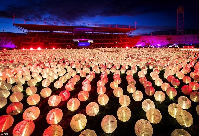 Ý nghĩa đằng sau hình trái tim được thắp sáng từ hàng nghìn chiếc đèn lồng - 8