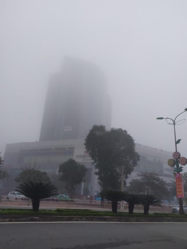 Thành phố Hà Tĩnh chìm trong biển sương mù ngày cuối năm - 11