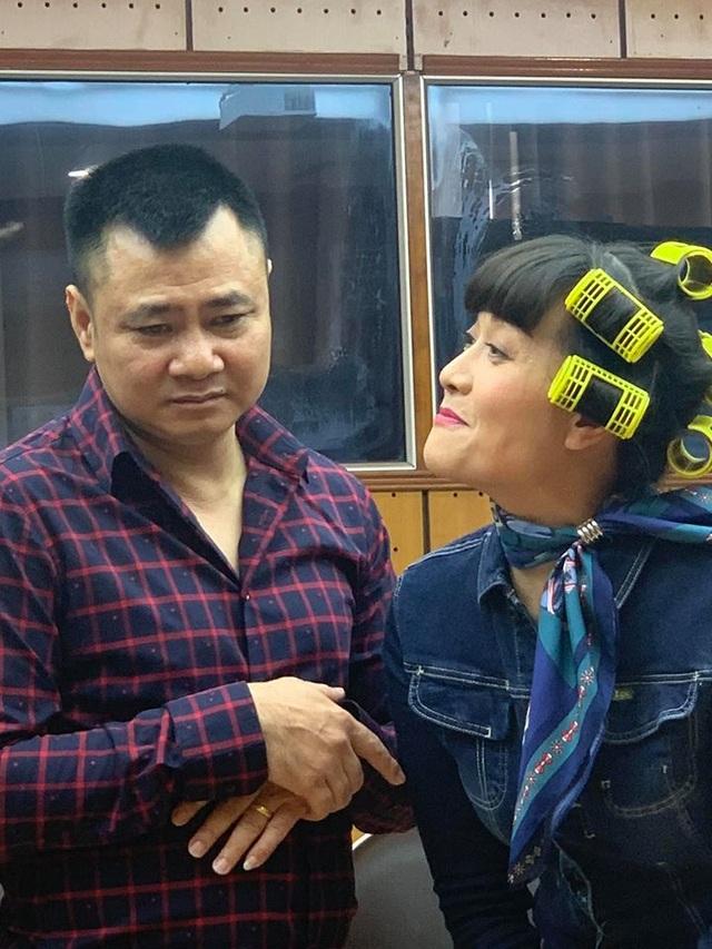 Quang Thắng ngả lưng trên nền nhà, Vân Dung hài hước với cuốn tóc sặc sỡ - 3