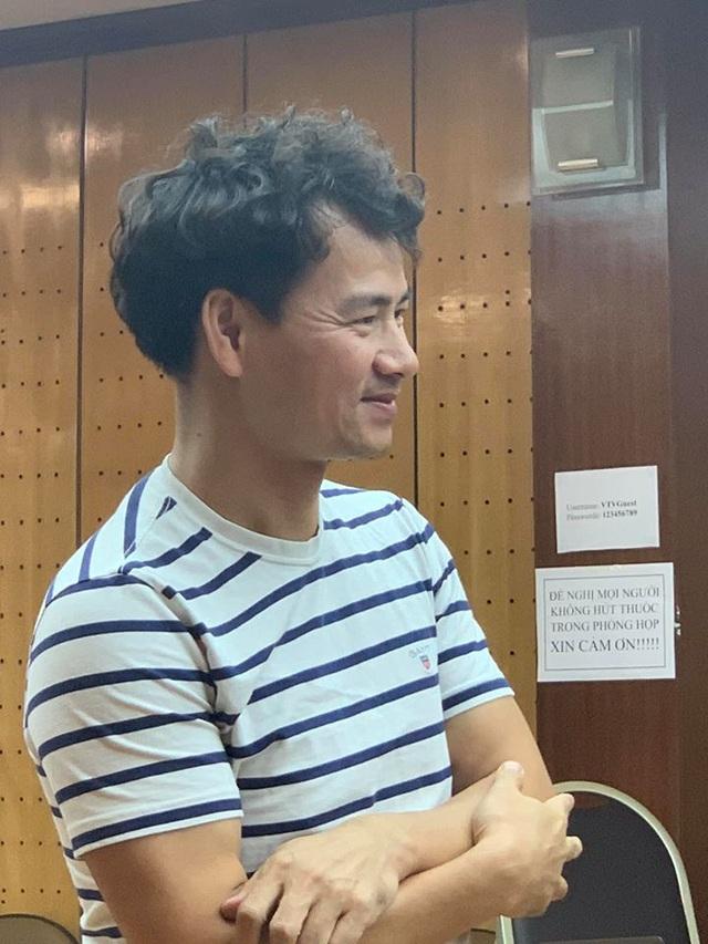 Quang Thắng ngả lưng trên nền nhà, Vân Dung hài hước với cuốn tóc sặc sỡ - 6