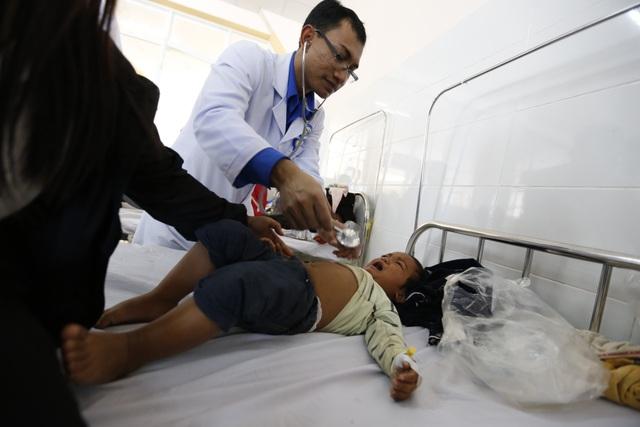 Gần 100 trẻ nhập viện cấp cứu sau bữa ăn từ thiện - 1