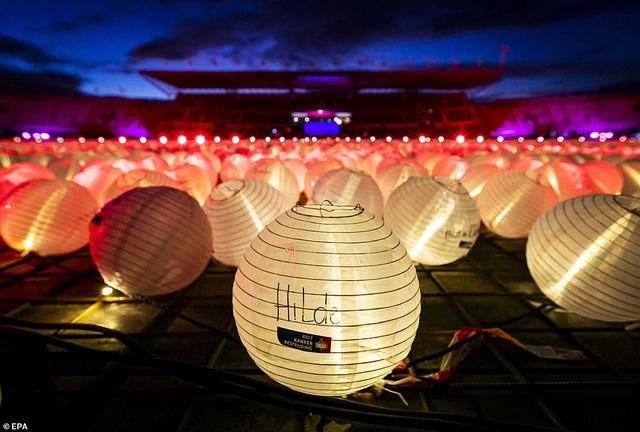 Ý nghĩa đằng sau hình trái tim được thắp sáng từ hàng nghìn chiếc đèn lồng - 9
