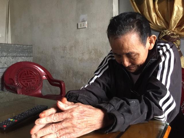 Người cha đau đớn vì vết xích nơi cổ chân con - 6