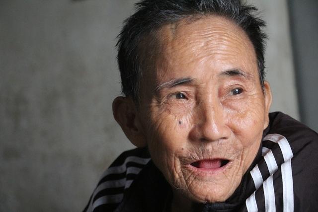 Người cha đau đớn vì vết xích nơi cổ chân con - 4