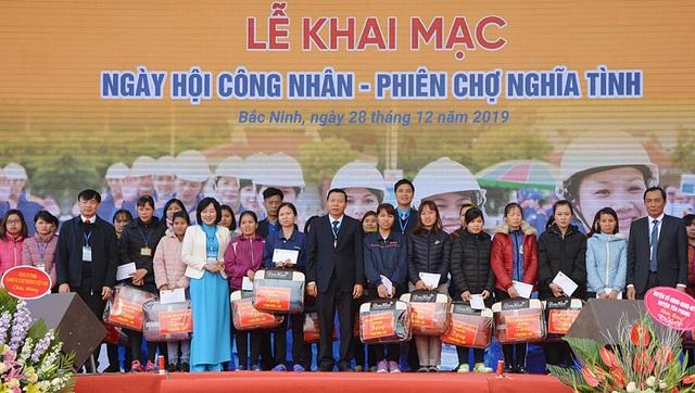Bắc Ninh: Trao 7.000 vé tàu xe cho công nhân lao động về quê đón Tết Canh Tý - 3